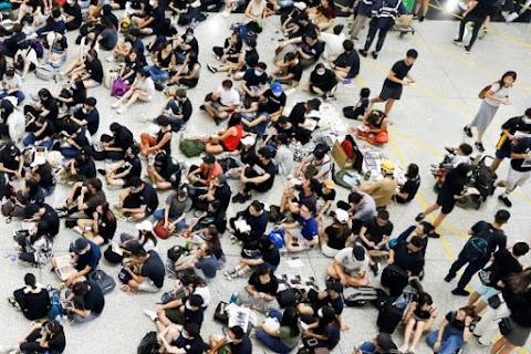 Több száz repülőjáratot töröltek kedden is a tüntetések miatt Hongkongban