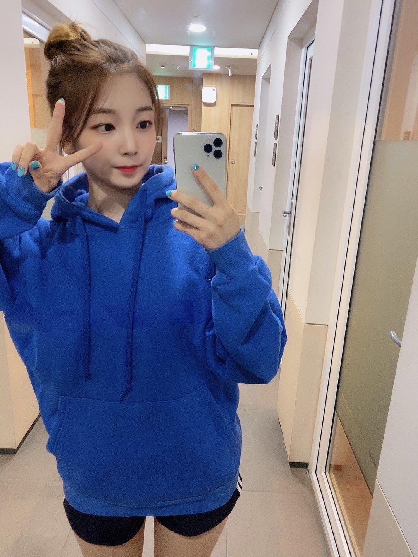 로켓펀치 연희 파란색 후드티
