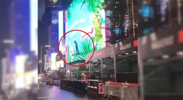 Homem voa em drone na Times Square