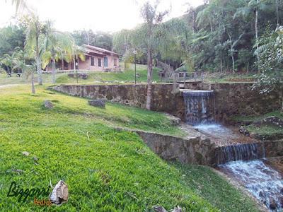 Construção de lago com pedra moledo com a execução do espelho d'água e a cachoeira de pedra em sítio em Piracaia-SP.
