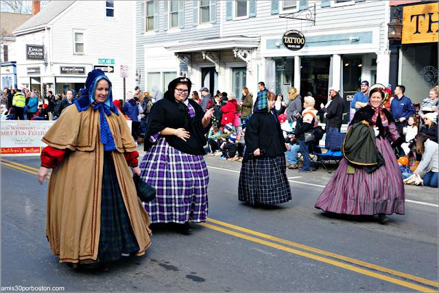 Mujeres Vestidas de Época en el Desfile de Acción de Gracias de Plymouth