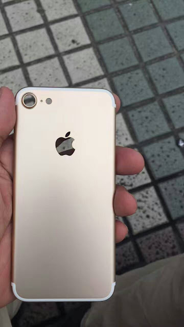 Nowhereelse.fr posted a clear photo of iPhone 7 features aluminum body Gold in color with simplified antenna bands and a larger camera that allegedly reveals the design of the upcoming iPhone 7.