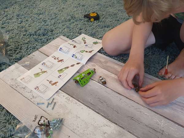 Learning to put together a dinosaur with Meccano