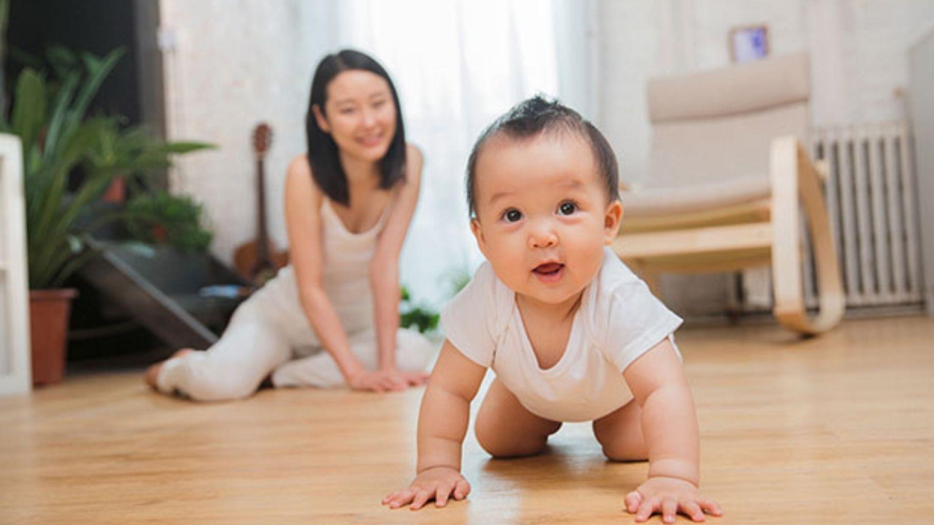 cara melatih bayi merangkak