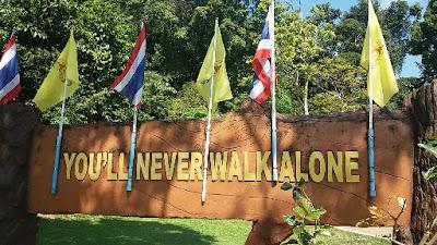 Op de achterkant van het Mu Ko National Park bord staat you´ll never walk alone geschreven