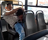 Le hace sexo oral en el transporte publico