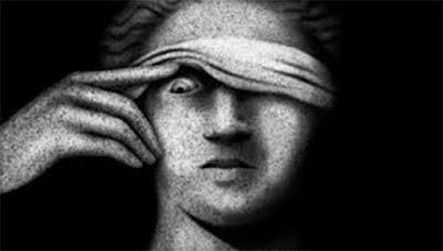 Estátua da Justiça com um olho aberto