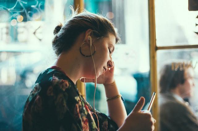 mendengarkan-musik