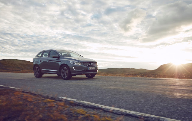 Front 3/4 view of 2017 Volvo XC60 T6 AWD Inscription