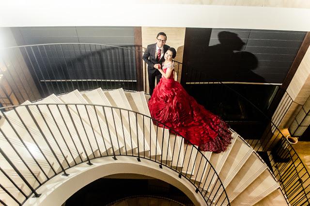 Foto prewedding indoor novi dan eko di tangga hotel eastparc yogyakarta