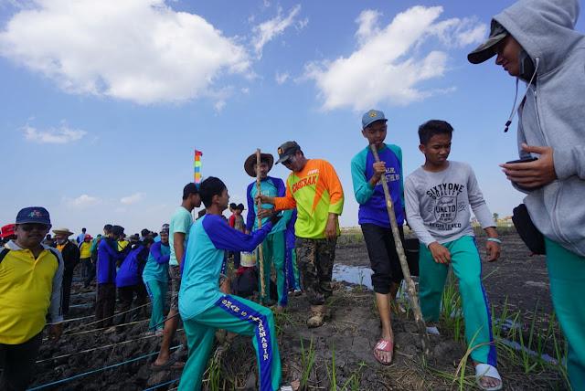 Hari Pangan Sedunia (HPS) 2018 di Kalsel, Raih Rekor MURI Pelajar Terbanyak Menanam Padi