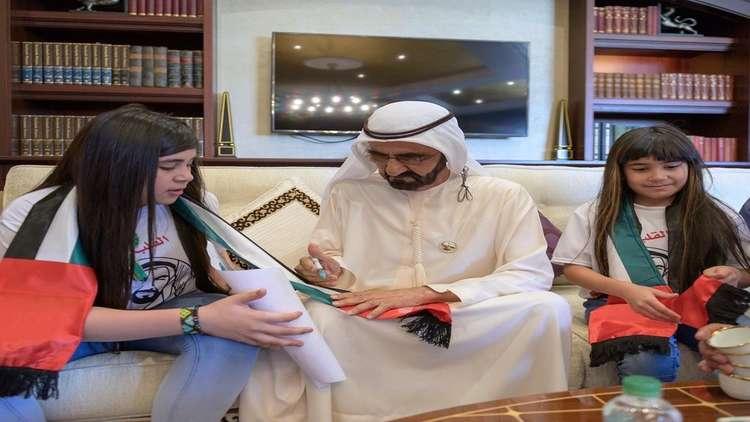 شاهد.. حاكم دبي يفاجئ طفلة عراقية قبلت علم الإمارات في الملعب