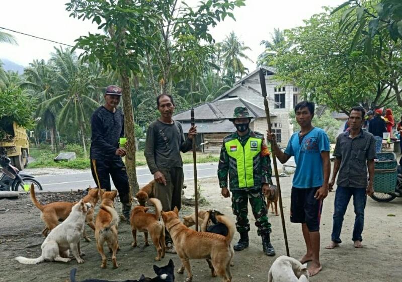 Babinsa Desa Ceruk  Lakukan Komsos Bersama Durmain Kelompok Persatuan Buru Babi