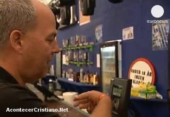 Hombre paga con pulsera con chip