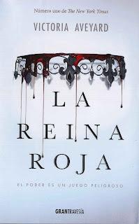 Portada de la novela La Reina Roja de Victoria Aveyard, donde se puede ver una gargantilla manchada de sangre sobre fondo blanco azulado.