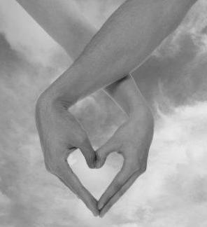 Foto de manos enamoradas haciendo un corazón