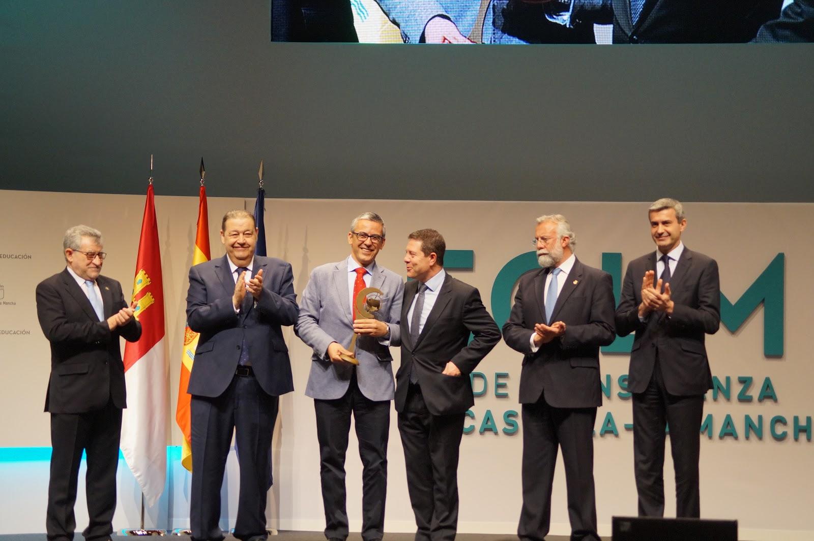 Recogiendo el premio en el Día de la Enseñanza de CLM 2017