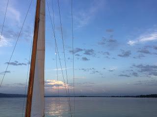 Segelboot auf dem abendlichen Ammersee