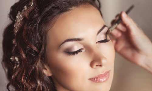 Maquillando a una novia el dia de su boda