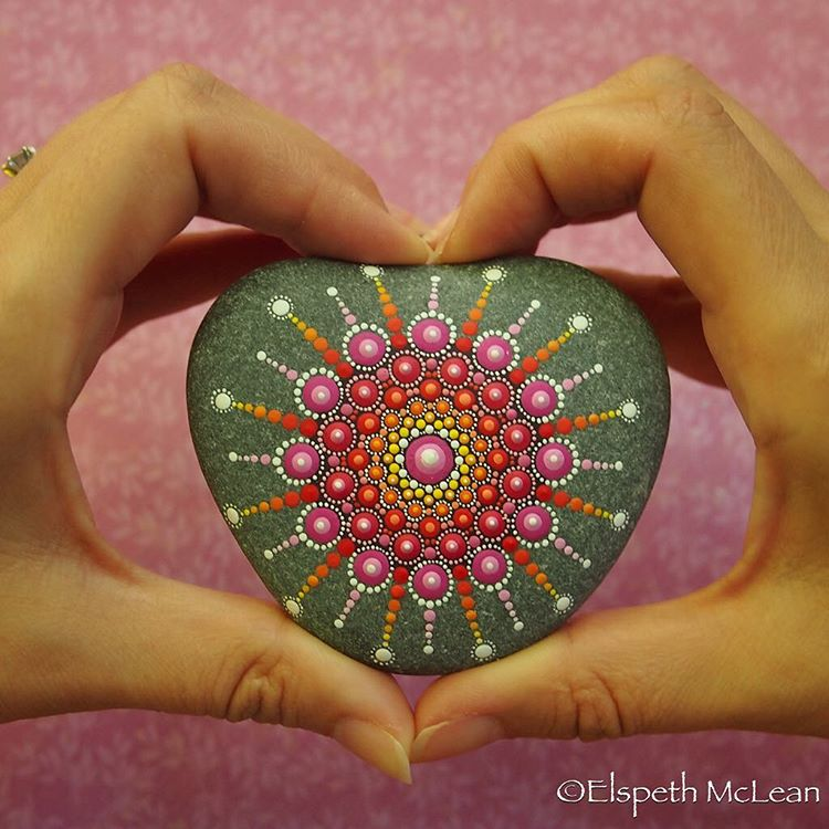11-Heart-Elspeth-McLean-Dotillism-Paintings-Mandala-on-Stones-Canvas-and-Clothes-www-designstack-co