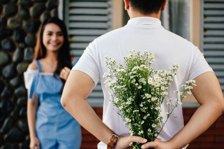 Memberi Bunga ke Pasangan