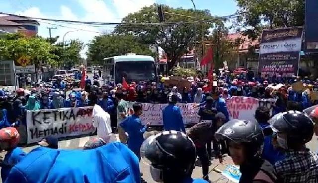 Aksi Mahasiswa Sinjai Diwarnai Saling Lempar, Di Ruang Rapat Utama DPRD