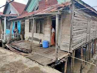 Miring dan Nyaris Ambruk, Kondisi Rumah Nenek Kondeng Memprihatinkan