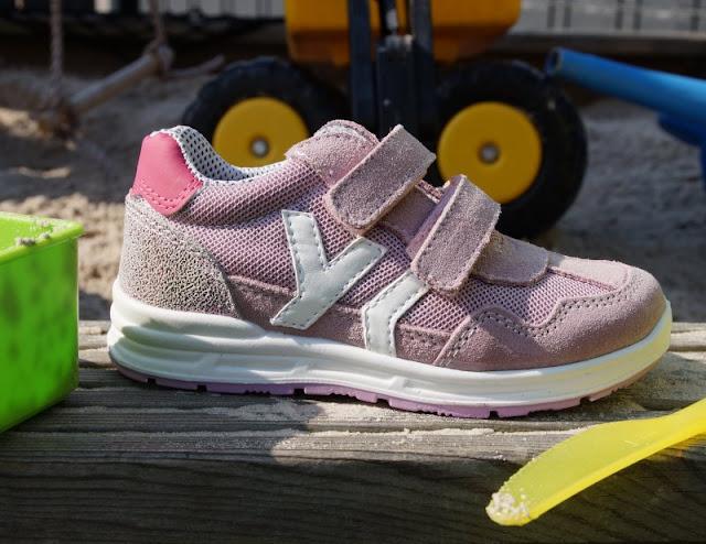 Unterwegs im Garten mit neuen Sommerschuhen (+ Verlosung). Auf Küstenkidsunterwegs stelle ich Euch die neuen Schuhe unserer Kinder für den Sommer vor, darunter süße Sneaker für Mädchen, coole Trekkingschuhe mit Klettverschluss für Jungs und auch ein paar tolle Hausschuhe für den Kindergarten!