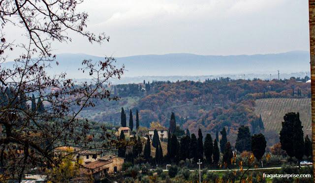 Trilha em torno das muralhas de San Gimignano, Toscana, Itália