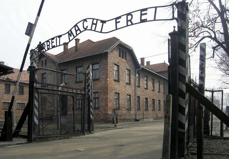 The Tattooist of Auschwitz ช่างสักแห่งเอาช์วิทซ์ - ประวัติศาสตร์ที่คนกลุ่มหนึ่งถูกตีตราว่าไร้ค่า