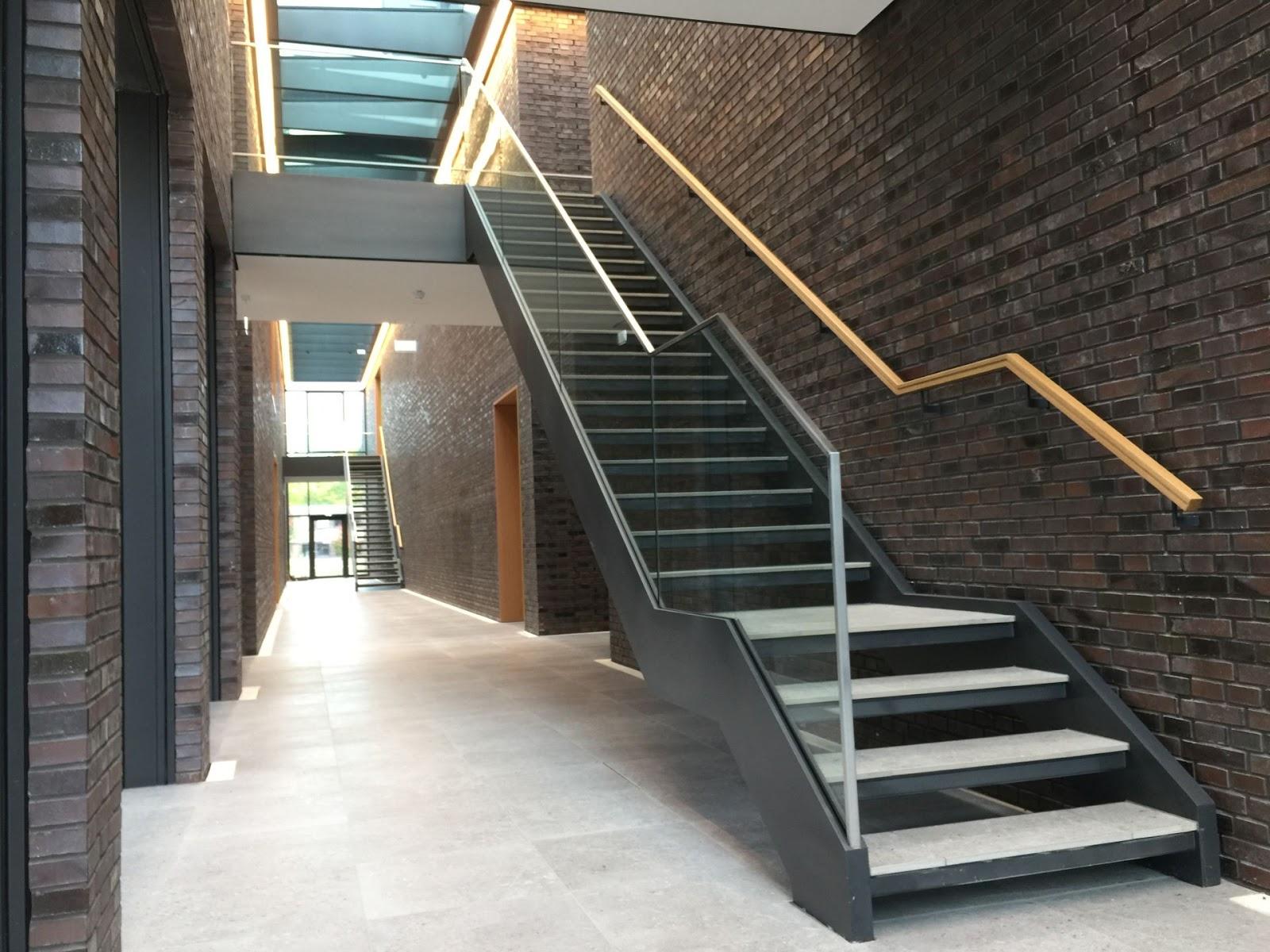 treppe mit ganzglasgel nder fr bel metallbau. Black Bedroom Furniture Sets. Home Design Ideas