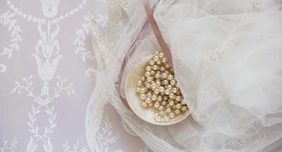 mutiara asli sebagai manik manik baju pernikahan yang indah