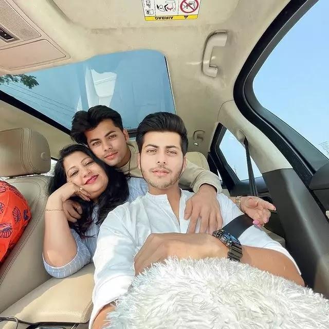 Siddharth Nigam's Biography family photo
