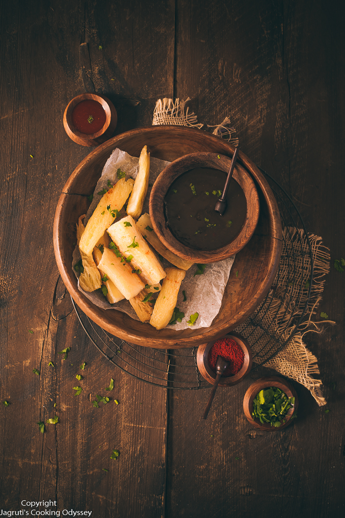 Image of serving platter with mogo chips, tamarind chutney and red chilli powder