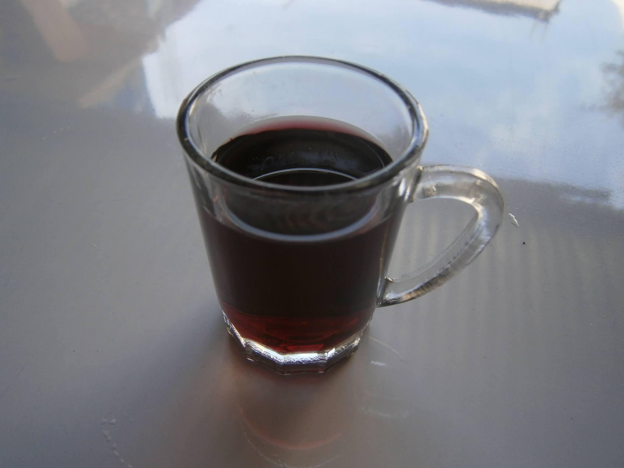 Descripción de la fotografía. Vaso de vino pequeño puesto sobre un fondo de color blanco. Vaso de vino peruano puesto sobre un fondo de color blanco.