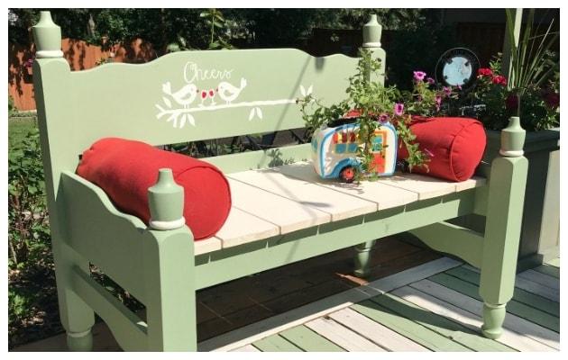 Μετατρέψτε ένα παλιό ξύλινο κρεβάτι σε παγκάκι-καναπέ για τον κήπο ή το μπαλκόνι σας