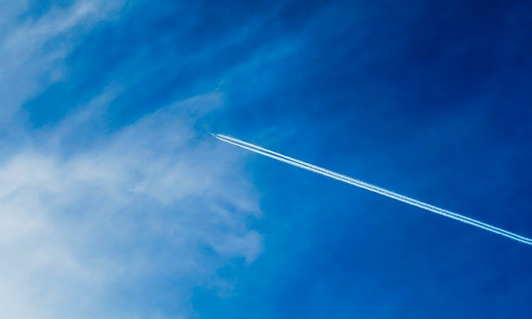 कभी कभी आसमान में दिखाई देने वाली सफ़ेद बादलों जैसी लकीरें असल में क्या होती हैं ?