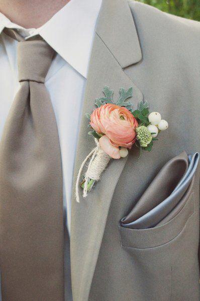 Broche para la solapa del novio con flor en tonos melocotón, blanco y verde