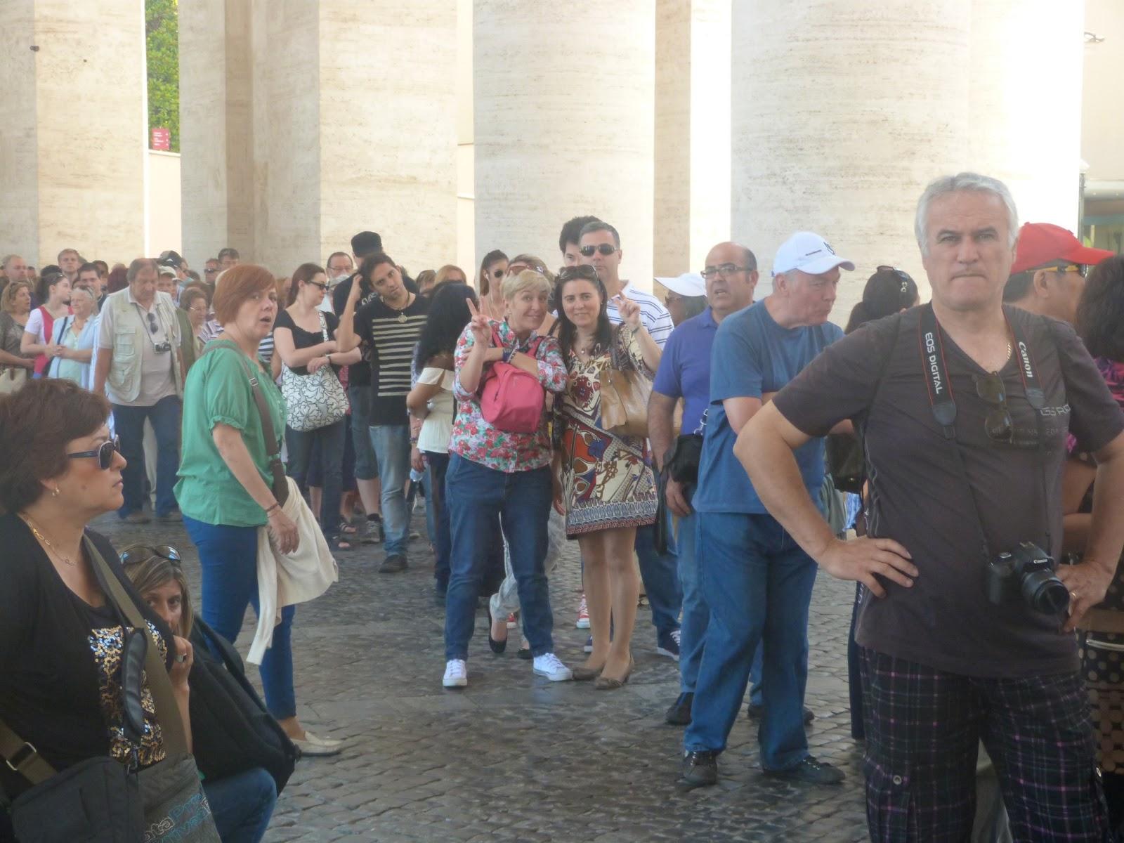 105667d696 No se puede entrar en la basílica de San Pedro ni con los hombros  descubiertos -te echan atrás si vas en camiseta de tirantes o un top- ni en  pantalón corto ...