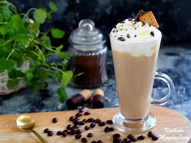 Kawa latte z białą czekoladą