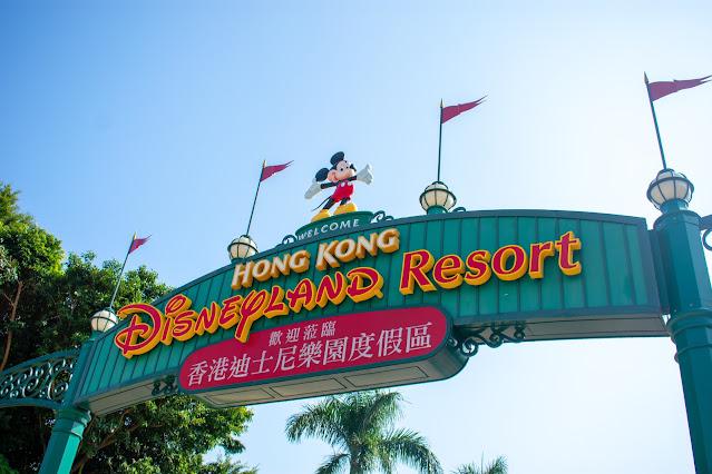 Cartel a la entrada de Disneyland Hong Kong