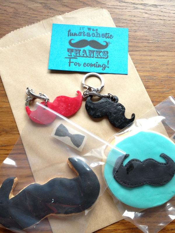 porte clés moustache noir et rouge