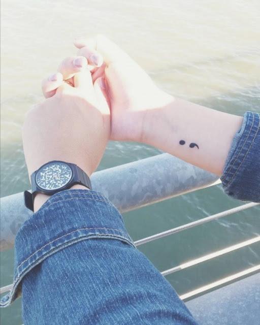 Tatuagens de ponto e virgula