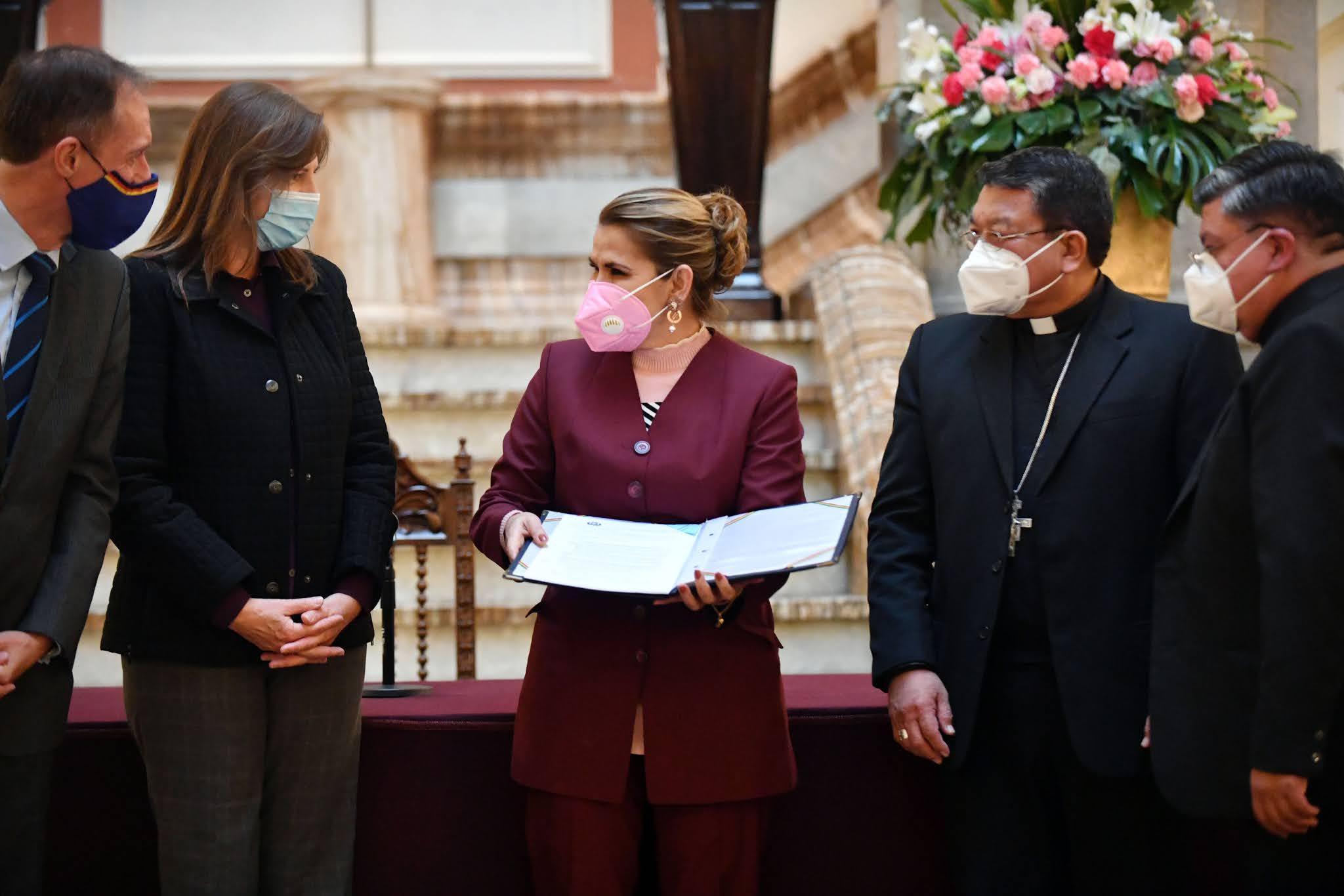 La presidenta Áñez promulgó la ley en presencia de la Iglesia y la comunidad internacional / ABI