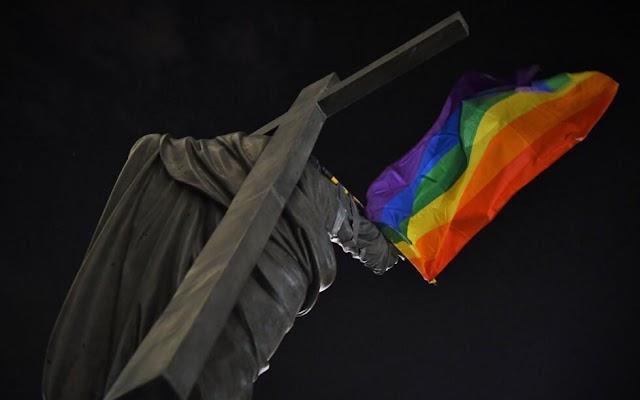 Két év börtönbüntetést kaphatnak az LMBTI-aktivisták, akik meggyalázták a szobrokat Lengyelországban