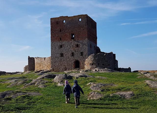 Bornholm mit Kindern im Herbst. Teil 3: 10 tolle Ausflugsziele für Familien auf Dänemarks Sonneninsel. Auf Küstenkidsunterwegs zeige ich Euch spannende Ausflüge für Familien mit Kindern auf Bornholm, die Ihr super im Herbst bzw. in der Nebensaison unternehmen könnt.