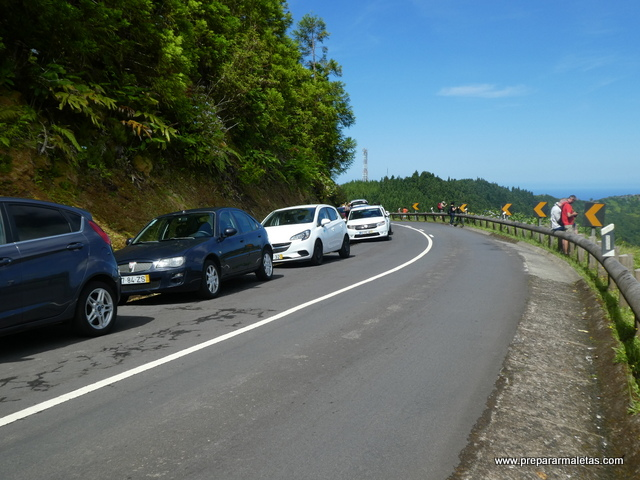 coches aparcados carretera Sete Cidades