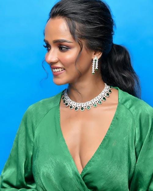 Tuhina Das green dress cleavage Bengali actress hai tauba damayanti nokol heere hoichoi