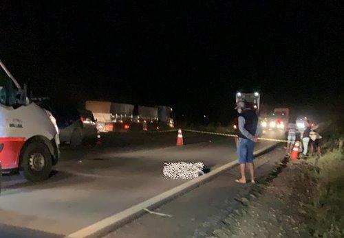 Colisão entre motocicleta e bicicleta deixa um morto e outro gravemente ferido na BR-122