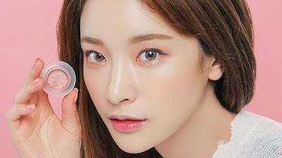 Sử dụng phấn nhũ để lớp trang điểm mắt ít trôi